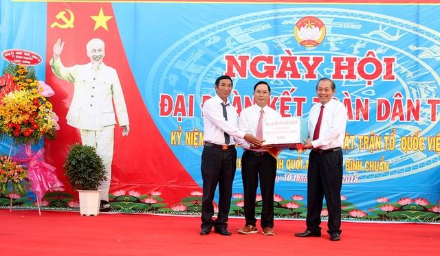 Phó Thủ tướng Trương Hòa Bình tặng quà cho cán bộ và nhân dân khu phố Bình Quới A.