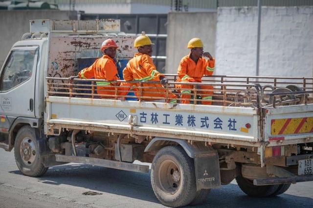 Những công nhân Zambia đi làm trên chiếc xe tải có dòng chữ Trung Quốc. (Nguồn: Siobhan Heanue)