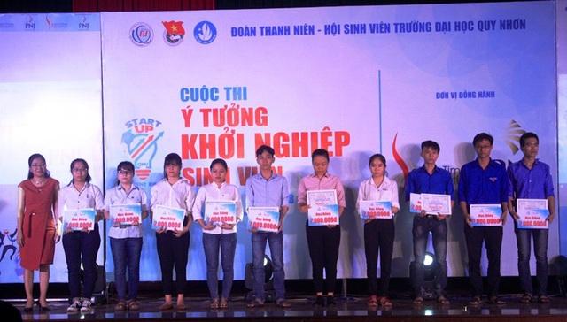 Đại diện nhà tài trợ trao học bổng cho 10 sinh viên nghèo học giỏi.