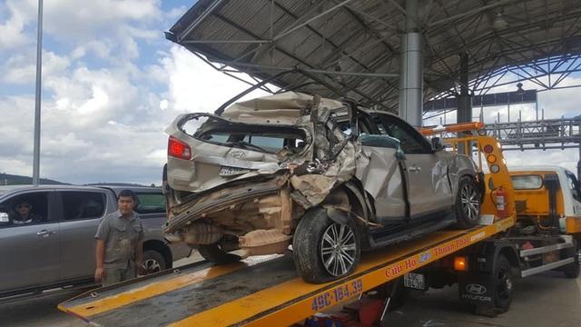 Chiếc ô tô 7 chỗ bị tông bẹp dúm, 3 người trên xe bị thương nặng