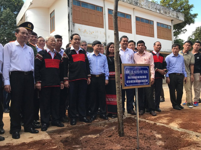 Tổng Bí thư, Chủ tịch nước Nguyễn Phú Trọng trồng cây lưu niệm cùng đồng bào Đắk Lắk
