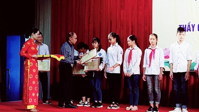 Ông Phạm Huy Hoàn - Ủy viên Thường vụ BCHTW Hội Khuyến học Việt Nam, Tổng biên tập báo Dân trí, Giám đốc Quỹ Khuyến học Việt Nam trao phần thưởng đến các em học sinh vượt khó học giỏi.