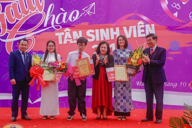 Ban Giám hiệu nhà trường tặng học bổng, hoa và chứng nhận cho Thủ khoa, Á khoa đầu vào năm 2018.