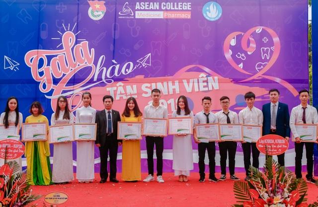 Lãnh đạo nhà trường trao tặng giấy khen cho đội ngũ Lớp trưởng, Bí thư chi đoàn xuất sắc và trao chứng nhận sinh viên có học lực xuất sắc năm học 2017 – 2018.