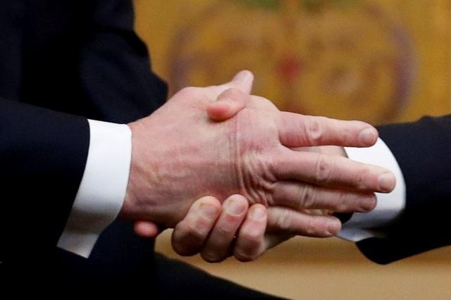 Cú bắt tay gây tranh cãi khi tay ông Macron siết chặt còn tay ông Trump lại duỗi thẳng (Ảnh: Reuters)