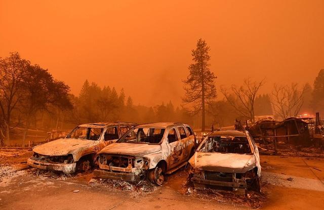 Bầu trời ở Paradise nhuốm màu đỏ vì lửa cháy 4 phía vây quanh thị trấn này (Ảnh: AFP)