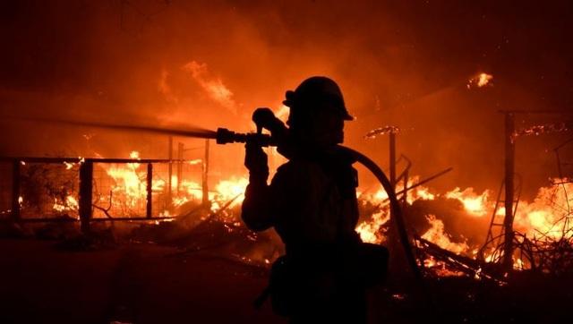 Nhân viên cứu hỏa cố sức cô lập ngọn lửa không cho tiếp tục lan rộng ra (Ảnh: Reuters)