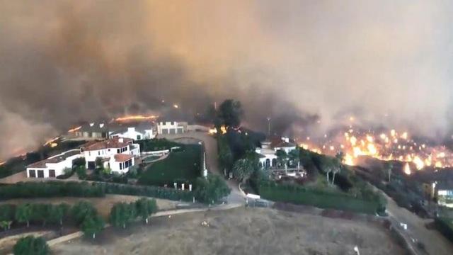Khung cảnh Malibu, California từ trên cao nhìn xuống, ngọn lửa đã đốt cháy rụi tất cả nhà cửa, công trình nó đi qua (Ảnh: Reuters)