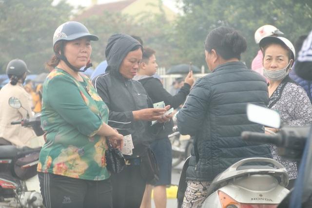 Cảnh cò vé thảnh thơi giao dịch vé trận Việt Nam -Malaysia kiếm lời trong sáng 11/11.
