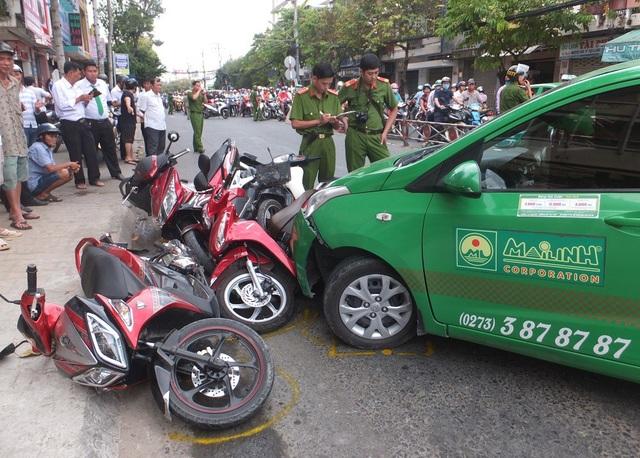 Xe taxi tông vào nhiều xe máy