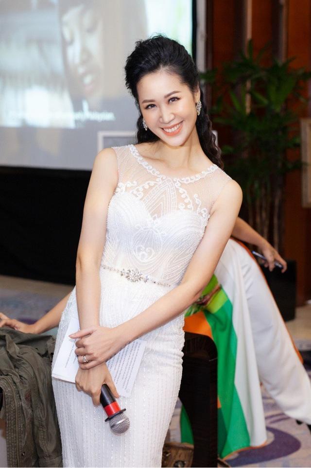 Hoa hậu Dương Thuỳ Linh cùng nhiều các nghệ sĩ đã đến ủng hộ cho đêm tiệc từ thiện tại Hà Nội. Người đẹp chia sẻ, ước mơ của những người mẹ là con cái sinh ra được khoẻ mạnh, nhưng có nhiều người lại không được niềm vui bé nhỏ như thế. Vì vậy, cô hi vọng sẽ góp phần nào xoa dịu, chia sẻ được với các bà mẹ có con dị tật. Hoa hậu Phụ nữ Toàn thế giới 2018 diện váy dạ hội ren trắng bó sát cơ thể, khoe vẻ mặn mà của tuổi 36. Cô đảm nhận vai trò dẫn chương trình.
