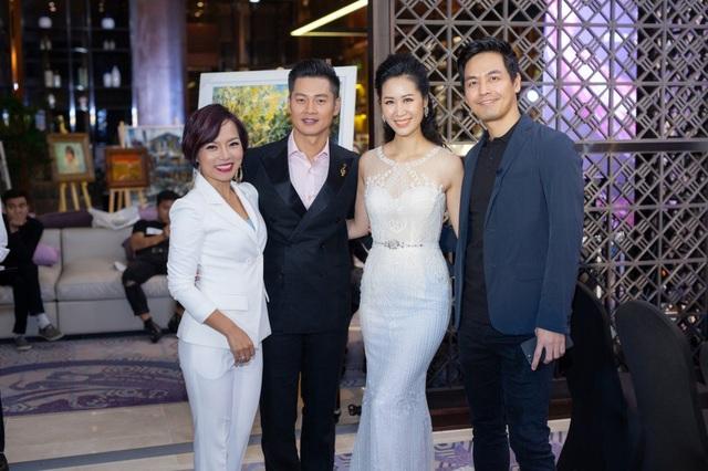 Ca sĩ Thái Thuỳ Linh (ngoài cùng bên trái) vui vẻ trò chuyện cùng các nghệ sĩ.