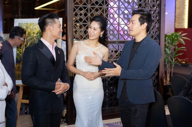 Ở hậu trường, Đức Tuấn vui vẻ trò chuyện cùng Dương Thuỳ Linh và MC Phan Anh.