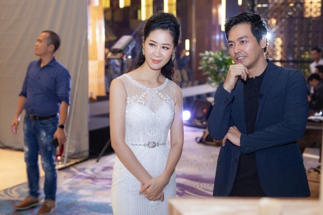 Dương Thuỳ Linh còn vui vẻ gặp lại người bạn thân lâu năm, MC Phan Anh. Cả hai vốn làm chung MC, biên tập viên trong cùng Đài truyền hình từ nhiều năm trước nên có mối quan hệ rất gần gũi ở ngoài cuộc sống.
