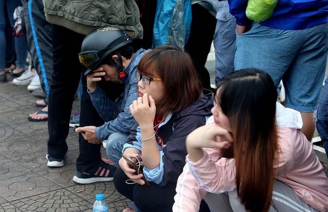 Dấu hiệu mệt mỏi thể hiện trên khuôn mặt các nữ cổ động viên Việt Nam