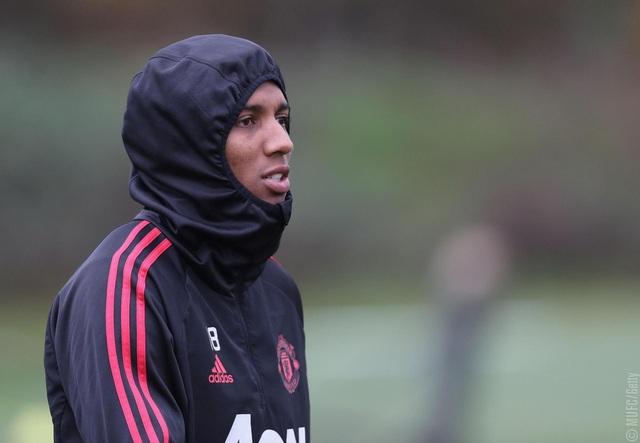 Young ra sân, cầu thủ người Anh liên tục đeo băng đội trưởng của Man Utd trong những trận cầu gần đây