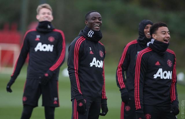 Các cầu thủ Man Utd tỏ ra rất vui vẻ trên sân tập, Bailly hòa vui cùng đồng đội dù anh gần đây liên tục không được Mourinho sử dụng