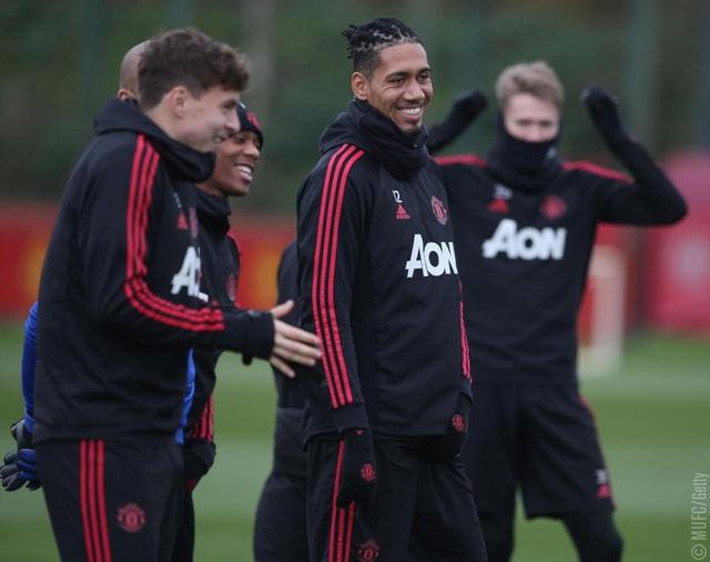 Các cầu thủ Man Utd tươi rói trên sân tập trước trận derby