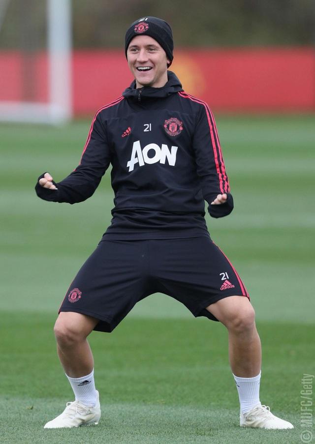 Herrere đùa vui với đồng đội, tiền vệ người Tây Ban Nha đã chơi xuất sắc tron chiến thắng ngoạn mục của Man Utd vào giữa tuần
