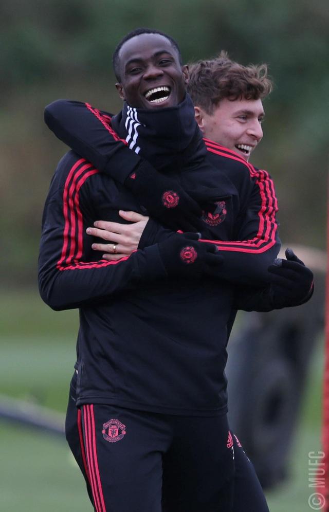 Lindelof đùa vui cùng Bailly, mặc dù cạnh tranh vị trí thi đấu nhưng các cầu thủ Man Utd tỏ ra khá thân thiết