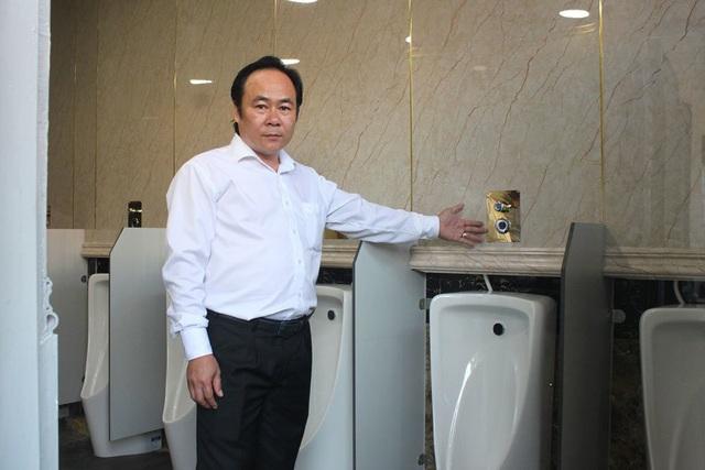 Ông Lê Văn Hiệp giới thiệu nhà vệ sinh thông minh đầu tiên thí điểm được lắp đặt tại TP Thủ Dầu Một, Bình Dương vào cuối năm 2017