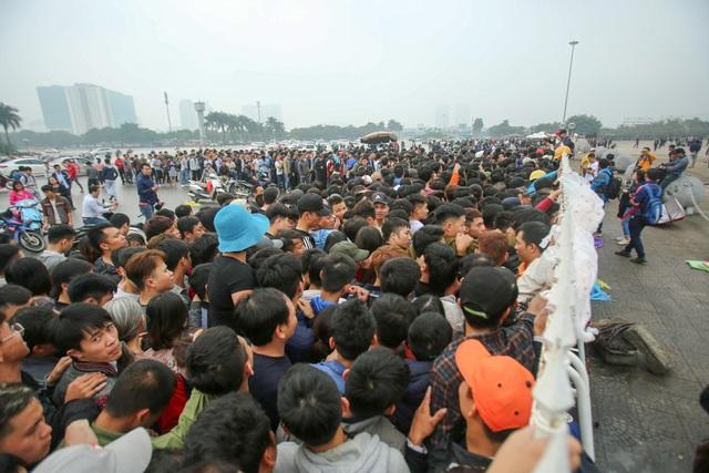 BTC bán vé trận Việt Nam-Malaysia từ 8h sáng, tuy nhiên các cổ động viên đã xếp hàng từ sớm để mua vé