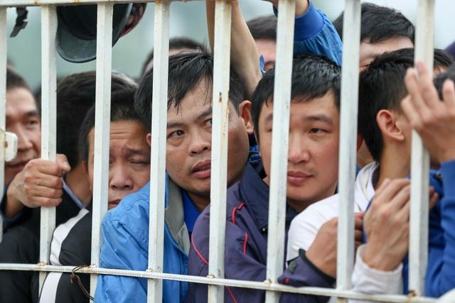 Người hâm mộ cũng được mua trước 1 cặp vé xem Việt Nam - Campuchia diễn ra ở sân Hàng Đẫy ngày 24/11 với 3 mệnh giá: 100.000 đồng/vé, 200.000 đồng/vé và 300.000 đồng/vé.