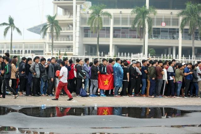 Tuy chỉ đến mua vé nhưng cổ động viên vẫn mang theo cờ Tổ Quốc để cổ vũ cho đội tuyển nhà trong trận đấu sắp tới.