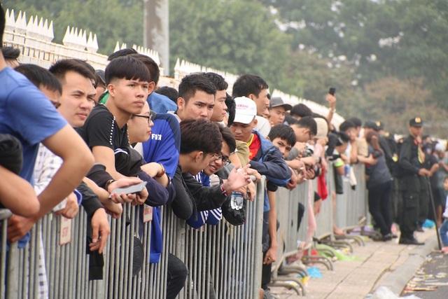 Khoảng gần 12h trưa vẫn còn hàng nghìn cổ động viên xếp hàng đợi đến lượt mình vào mua vé. Nhiều người xếp hàng từ sáng sớm đến giờ mới vượt qua được 2 vòng an ninh.