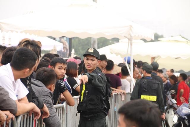 Lực lượng an ninh vẫn phải làm việc rất vất vả để đảm bảo an toàn, trật tự cho đoàn người đứng xếp hàng đợi mua vé, tránh tình trạng xô đẩy, dẫm đạp lên nhau.