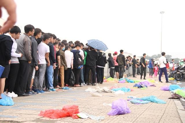 Đến trưa thời tiết đã tạnh mưa, dòng người xếp hàng vứt bỏ áo mưa tiếp tục hành trình đi tìm chiếc vé vào sân xem đội tuyển Việt Nam - Malaysia.