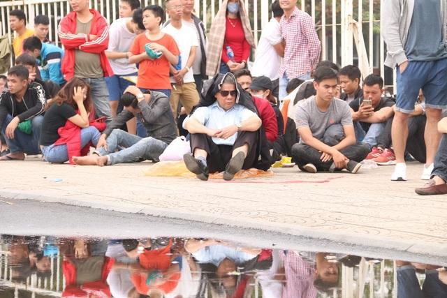 Đến giờ trưa nhưng nhiều người không dám bỏ đi ăn trưa, họ ngồi nghỉ tại chỗ với hi vọng có cơ hội vào mua vé.
