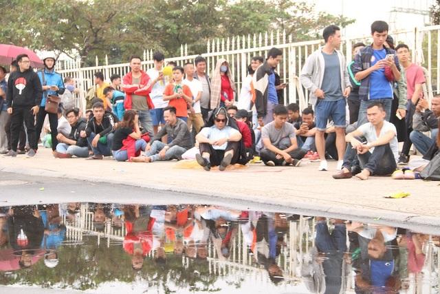 Cổ động viên nhịn đói xếp hàng thông trưa đợi mua vé trận Việt Nam - Malaysia - 9