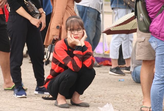 Cổ động viên nhịn đói xếp hàng thông trưa đợi mua vé trận Việt Nam - Malaysia - 8