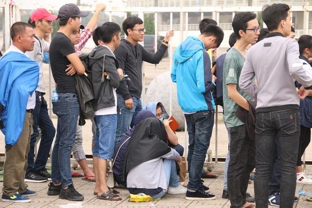 Cổ động viên nhịn đói xếp hàng thông trưa đợi mua vé trận Việt Nam - Malaysia - 7