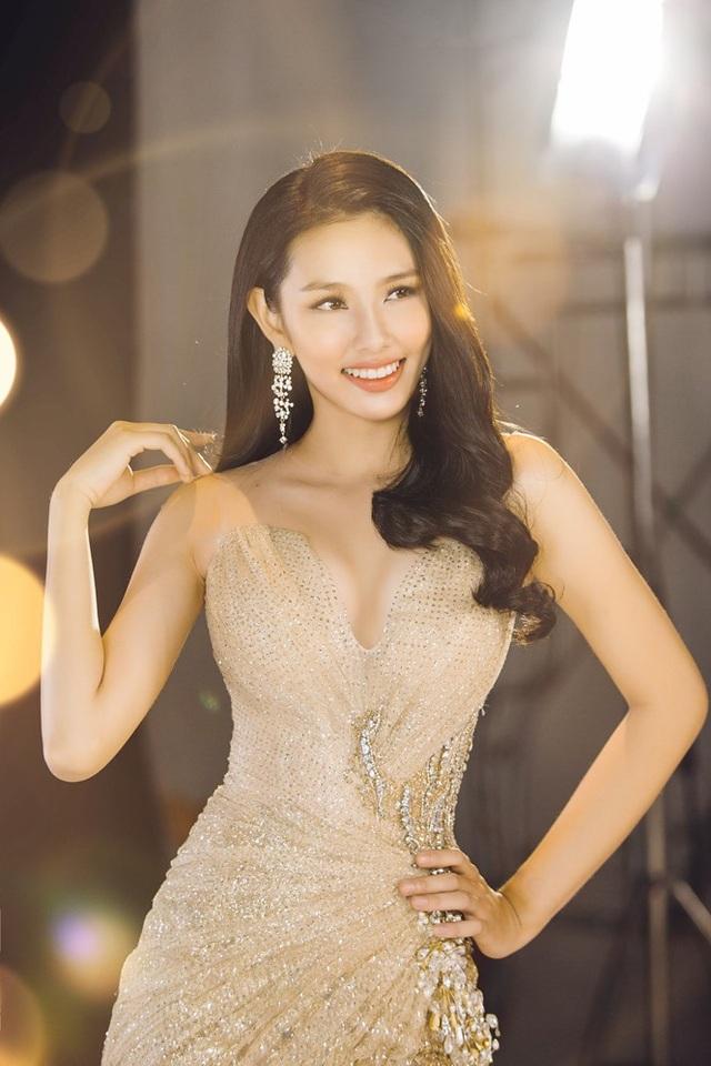 Hoa hậu Nhân Ái Nguyễn Thúc Thùy Tiên - đại diện của Việt Nam dự thi Hoa hậu Quốc tế 2018 cũng khiến người hâm mộ xúc động khi chia sẻ về câu chuyện gia đình.
