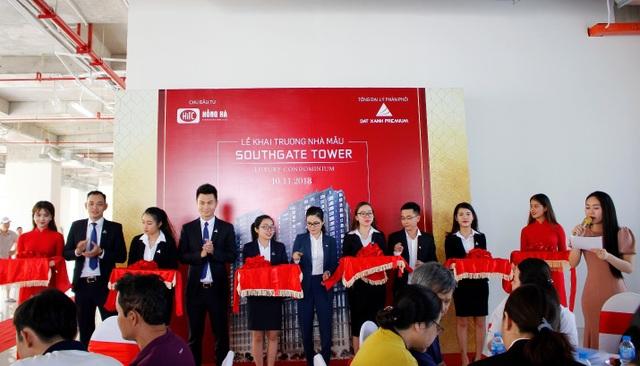 Đại diện chủ đầu tư Hồng Hà và đơn vị phân phối độc quyền dự án Southgate Tower – Đất Xanh Premium cắt băng khánh thành khai trương nhà mẫu dự án.