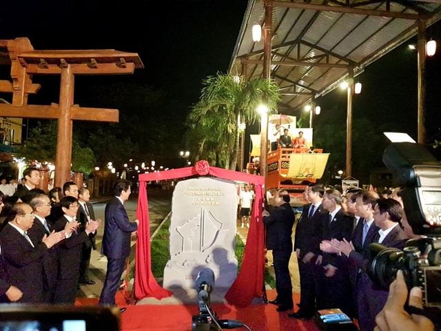 """Thủ tướng Nguyễn Xuân Phúc và Thủ tướng Shinzo Abe khai trương """"Không gian văn hóa Việt Nam - Nhật Bản"""" vào ngày 11/11/2017"""
