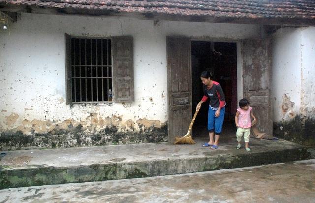 Dẫu còn yếu, vết thương còn chưa lành nhưng chị Xuân vẫn gượng dậy chăm ngôi nhà, vườn cây để mong có thêm thu nhập lo cho gia đình, con cái.