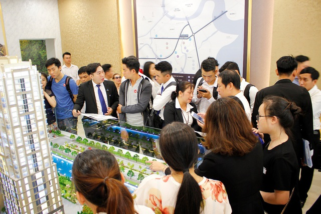 Nhiều khách hàng đến từ sớm để tham quan nhà mẫu Southagte Tower.