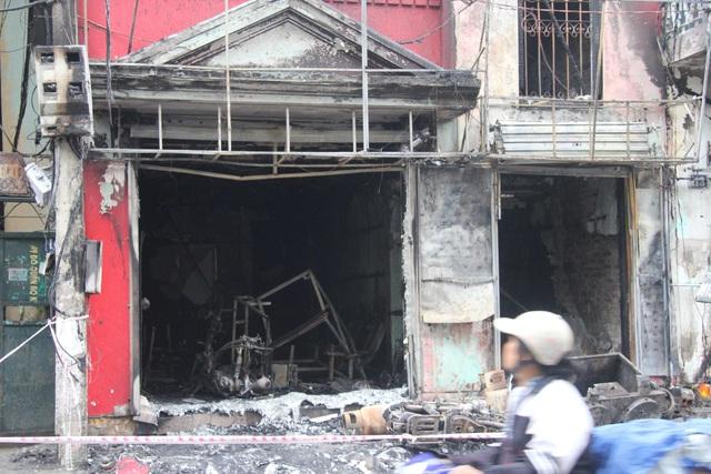 Nhiều đồ đạc, tài sản tại khu vực tầng 1 bị ngọn lửa thiêu rụi.