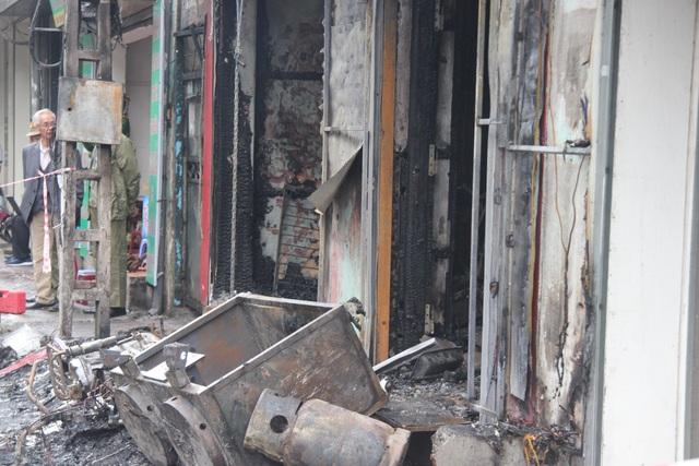 Bình gas phía trước cửa hàng bị cháy.