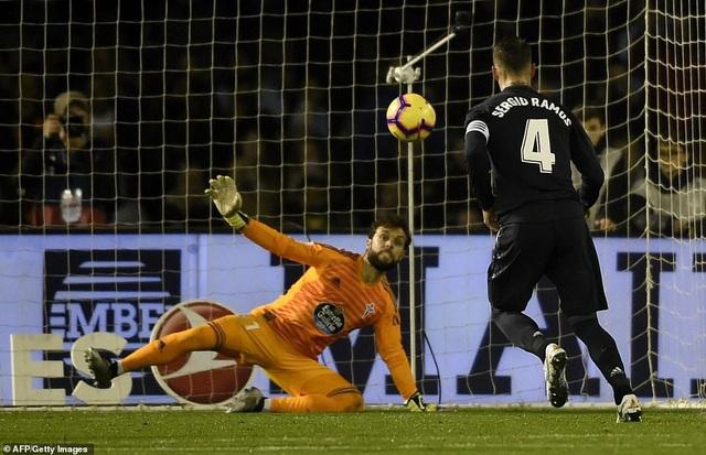 Ramos thực hiện quả phạt đền theo kiểu panelka điệu nghệ