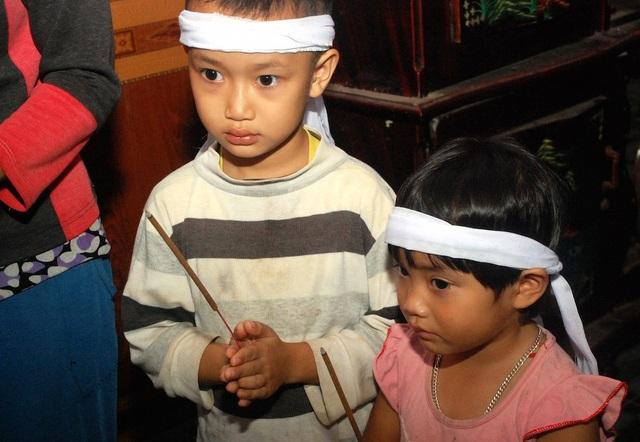 Nhìn cảnh hai đứa trẻ ngây thơ Nguyễn Trọng Dũng và Nguyễn Thị Thu chít khăn tang, thắp hương cho cha rồi hỏi mẹ những câu hỏi ngây ngô: Cha ở trên đó răng không xuống chơi với các con mà ai chứng kiến cũng không khỏi nghẹn lòng.
