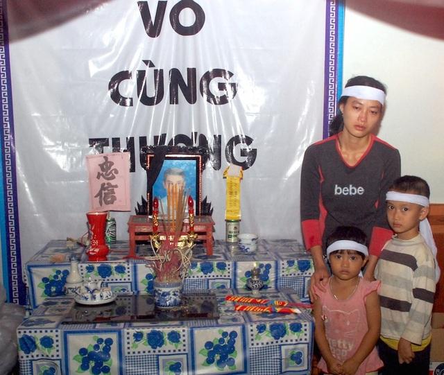 Cùng con thắp nén hương cho chồng chị Nguyễn Thị Xuân canh cánh trong lòng bao nỗi lo, nợ nần, ốm đau và nhất là mong mình khỏe để đi làm lo cho các con.
