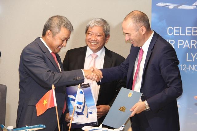 Ông Dương Trí Thành, Tổng giám đốc Vietnam Airlines và Ông Gonen Usishkin, Tổng giám đốc El Al Israel Airlines trao thỏa thuận hợp tác dưới sự chứng kiến của Đại sứ Việt Nam tại Israel Cao Trần Quốc Hải