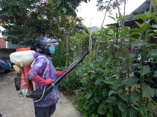 Phun hóa chất phòng trừ bệnh SXH bùng phát ở huyện Tây Giang, Quảng Nam
