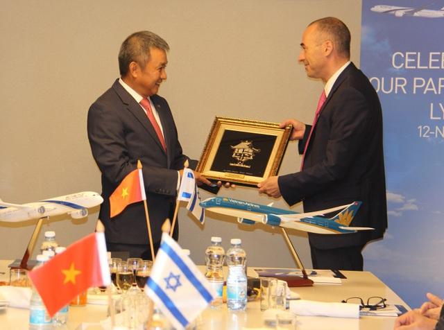 ng Dương Trí Thành, Tổng giám đốc Vietnam Airlines trao quà lưu niệm cho Ông Gonen Usishkin, Tổng giám đốc El Al Israel Airlines