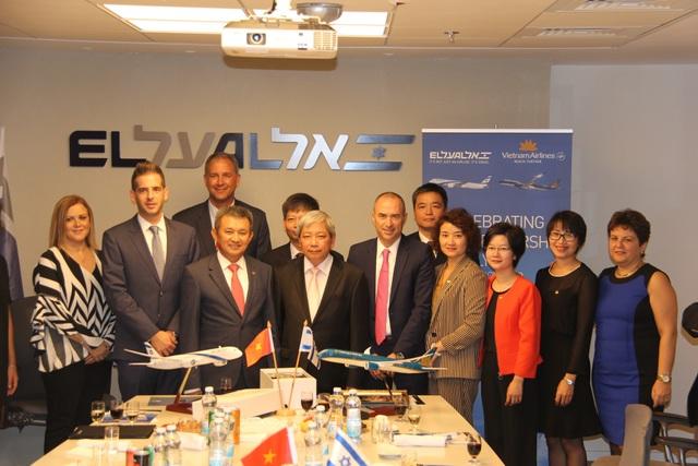 Hai đoàn đại biểu Vietnam Airlines và El Al Israel Airlines chụp ảnh lưu niệm cùng Đại sứ Việt Nam tại Israel Cao Trần Quốc Hải