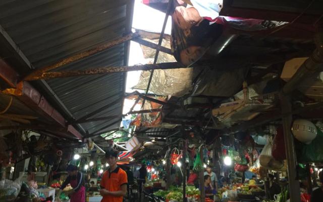 Chợ Châu Long buôn bán sầm uất với đủ mọi mặt hang nhưng rất xập xệ